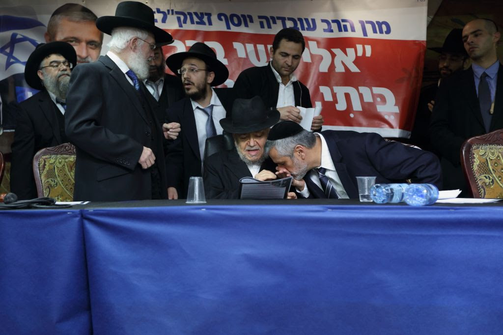 Yachad party leader Eli Yishai kisses the hand Rabbi Meir Mazuz during press conference in Bnei Brak, December 25, 2014. (Photo by Yaakov Naumi/Flash90)