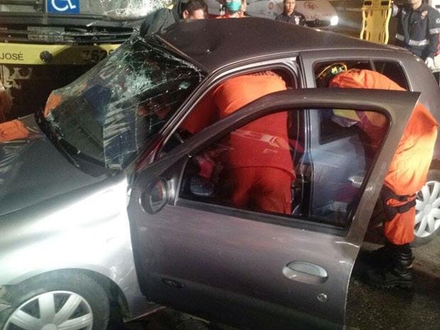 Resultado de imagem para Bombeiros resgatam das ferragens vítimas de acidente entre carro e ônibus no Grande Recife