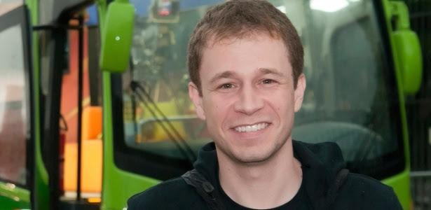Tiago Leifert posa junto ao ônibus que servirá de estúdio ao Globo Esporte