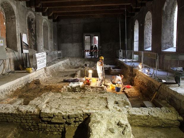 Escavações no convento Santa Úrsula, na Itália, foram iniciadas no ano passado. (Foto: Claudio Giovanninni/AFP)
