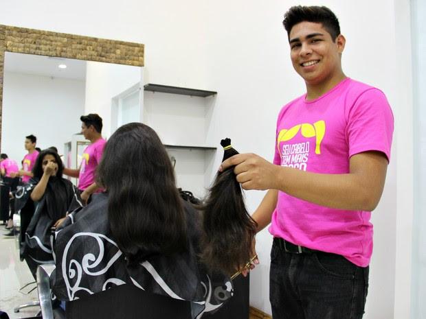 Rebeca Lemos doou 38 cm do cabelo ao Lar das Marias (Foto: Jamile Alves/G1 AM)