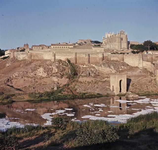Espuma en el río Tajo a la altura del Baño de la Cava en Toledo hacia 1967. Fotografía de John Fyfe