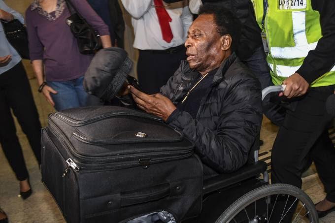 Pelé é operado para retirar cálculo renal, passa bem e já está no quarto