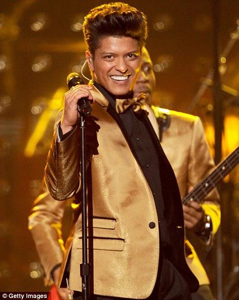 Balançando o palco: Dave Grohl apresentou com sua banda Foo Fighters, enquanto cantor Bruno Mars fez um set