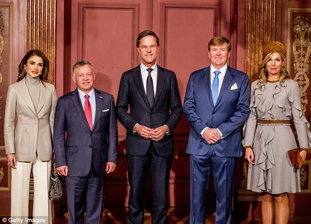 Chamada fotográfica (da esquerda para a direita): a rainha Rania e o rei Abdullah da Jordânia, o primeiro-ministro holandês Mark Rutte e o rei Willen-Alexander e a rainha Maxima dos Países Baixos no almoço