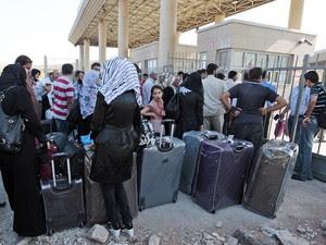 Refugiados sírios perto da fronteira com a Turquia (Foto: AP)