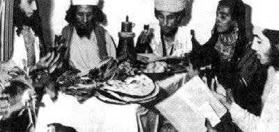 Εβραϊκή οικογένεια γύρω από το πασχαλινό τραπέζι