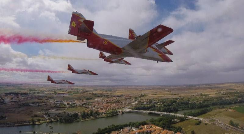Comando al sol - Aviones de la Patrulla Águila haciendo acrobacias, Zamora