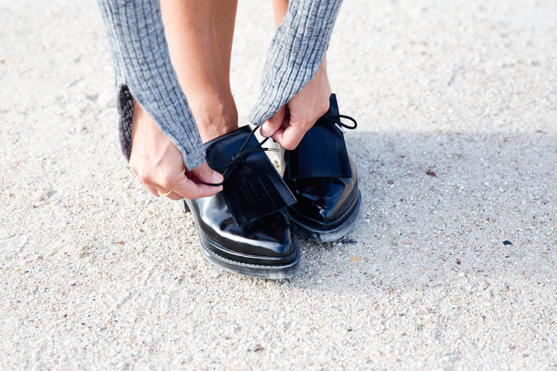 Black_Leather_Skirt-Brogues-Grey_Top-Cat_Bag-Outfit-Street_Style-Paris_Fashion_Week-PFW-30