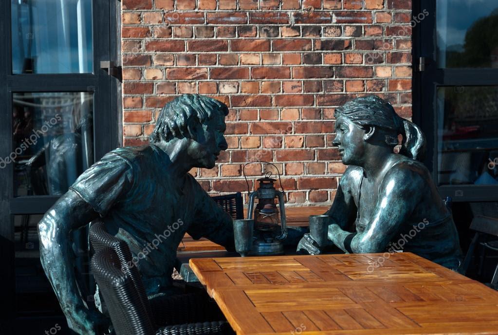 Resultado de imagen para mujer sentada en la mesa de  un bar