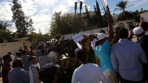 Libia, scontri e disordini a Tripoli dopo l'assalto al Parlamento