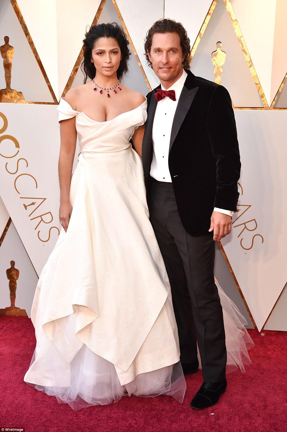 Um casal bem parecido: Matthew McConaughey trouxe sua bela esposa Camila Alves;  Ela piscou sua clivagem no vestido de renda branca, adicionando um colar vermelho e de diamante e uma maquiagem mínima