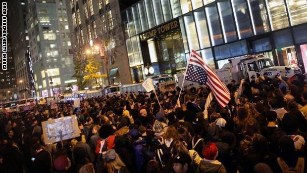 """شاهد.. احتجاجات حاشدة تملأ شوارع أمريكا اعتراضا على انتخاب ترامب: """"ليس رئيسي!"""""""