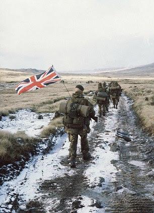 A famosa imagem das tropas britânicas yomping para Port Stanley, nas Ilhas Malvinas, com a Union Jack voando em junho de 1982