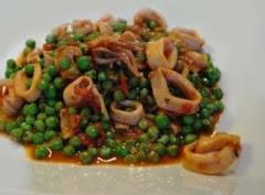 calamari con piselli,calamari,piselli,ricetta di calamari,pesce,calamari e piselli,