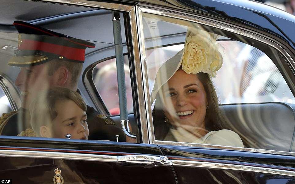Familias felices: Kate y William comparten una broma mientras su hijo de cuatro años, Prince George, mira a la multitud