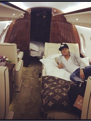 Neymar no avião (Foto: Reprodução Twitter)