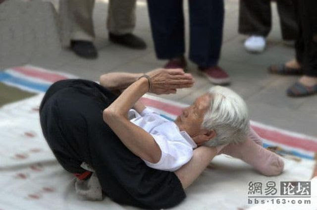 You can see 80-year old people doing gym in the street in China! (10 pics)