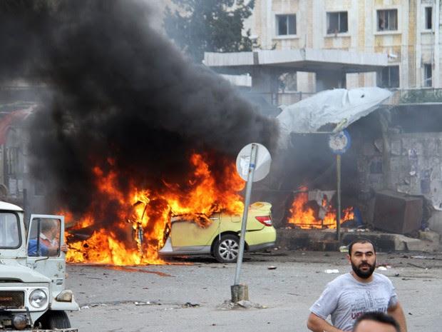 Foto da agência de notícias estatal síria SANA mostra carro em chamas após a explosão de uma das bombas na cidade de Tartus (Foto:  Sana via AP)
