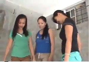Imagem do vídeo que mostra três jovens filipinas pisoteando e chutando um filhote de cachorro, que acabou morrendo. (Foto: Reprodução)