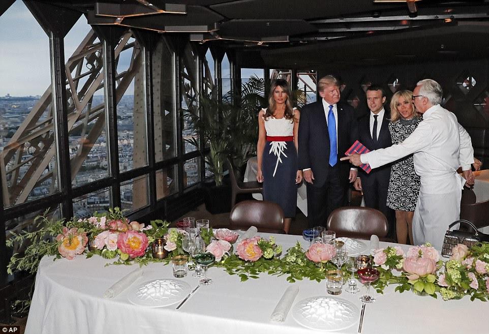 Le chef français Alain Ducasse, à droite, est considéré comme le meilleur talent de la France. Il était prêt à saluer personnellement les Trumps et les Macrons jeudi