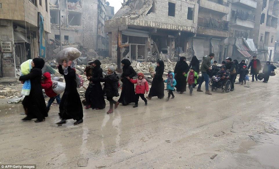 Rússia afirma 6.000 civis, entre elas 2.000 crianças, deixaram distritos controladas pelos rebeldes nas últimas 24 horas e que 366 rebeldes haviam deposto as armas