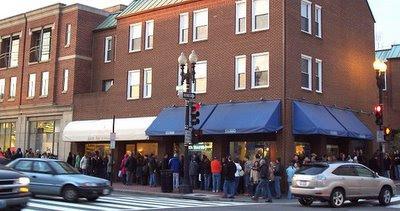 line waiting to see Frank Warren's PostSecret exhibition