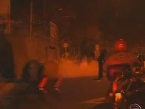 Bombas de gás de efeito moral foram usadas para sispersar os manifestantes (Foto: Reprodução/TV Tem)