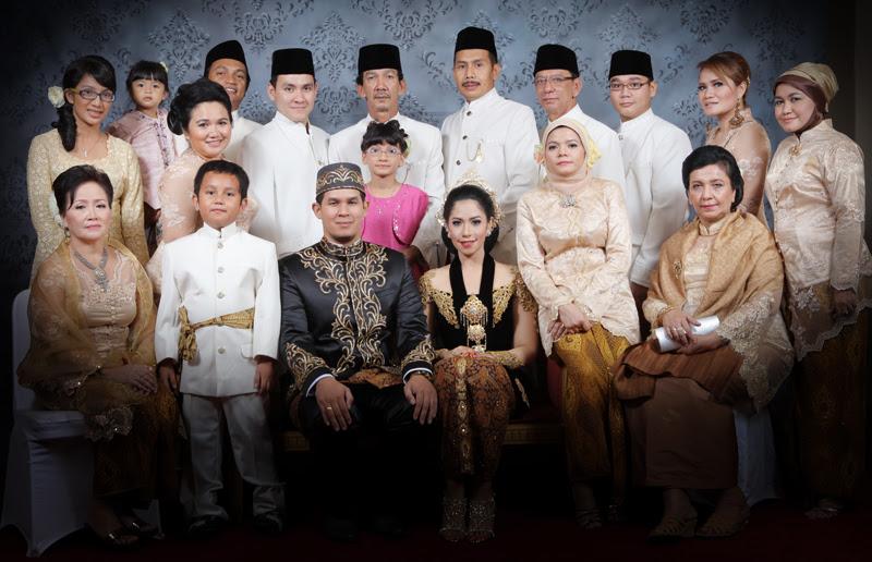Contoh Foto Studio Keluarga Besar - Detil Gambar Online