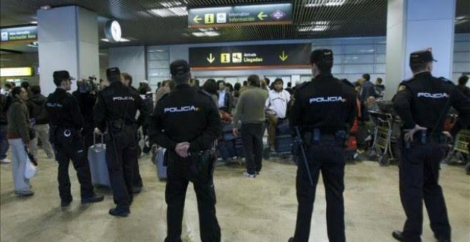 Agentes de policía en el aeropuerto de Barajas, donde Carlos Salamanca fue comisario. EFE
