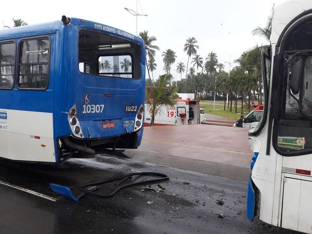 Acidente entre dois ônibus no bairro de Piatã, em Salvador (Foto: Marcelo Góes/Arquivo Pessoal)