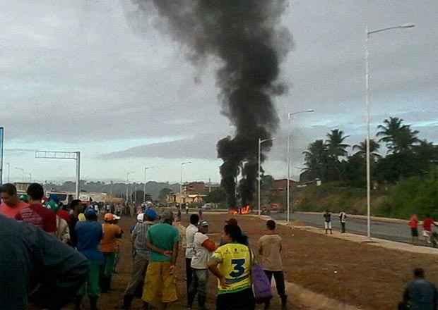 Leitores informam que os manifestantes exigem a instalação de uma passarela no local. Foto: Reprodução/ WhatsApp