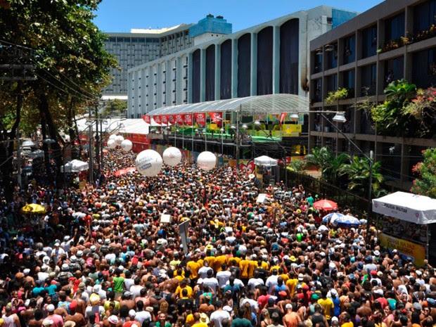 Público acompanha arrastão em Salvador (Foto: Jailson Barbosa/Agência Edgard de Souza)