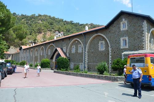 Vor dem Kloster ist es unscheinbar