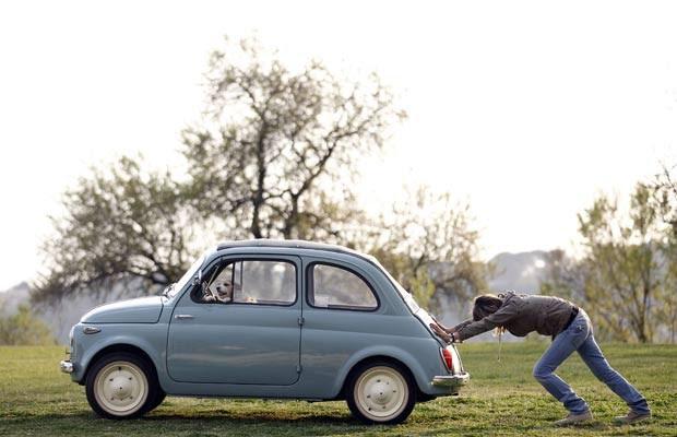 Em março de 2012, uma mulher foi flagrada empurrando seu carro em um bairro de Roma, na Itália, enquanto seu cão de estimação aguardava dentro do veículo, no banco do motorista, como se estivesse 'dirigindo'. (Foto: Alessandro Bianchi/Reuters)