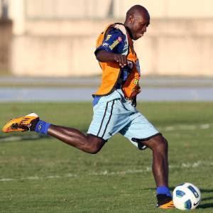 http://e.imguol.com/esporte/futebol/2011/08/31/somalia-arrisca-um-chute-em-treino-do-botafogo-1314832194642_300x300.jpg