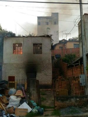 Casa fica destruída após pegar fogo em Cunha (Foto: Vanguarda Repórter/Alexandre Toledo)