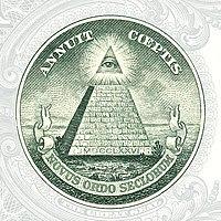 """El reverso del Sello de Estados Unidos: con el """"Ojo que todo lo ve"""" en la cúspide de una pirámide truncada en la parte posterior del billete de un dólar."""
