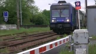 Un tren al pas per l'estació d'Egly, on es va suïcidar la noia de 19 anys