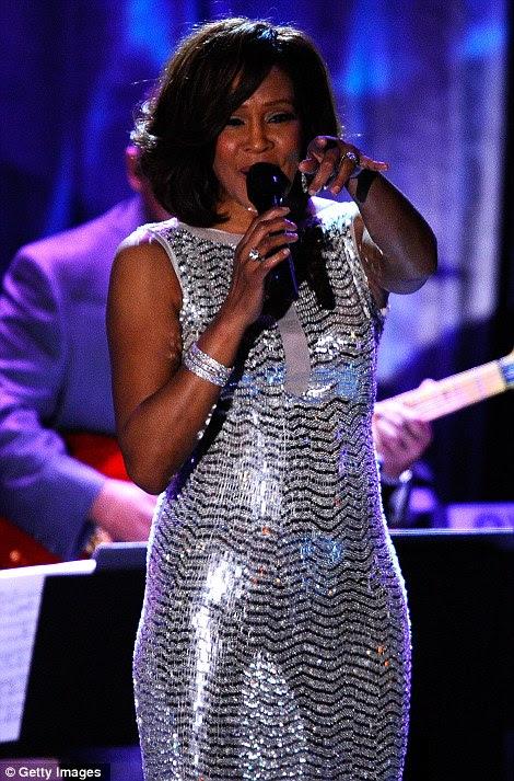 Impressionante em lantejoulas: envolta em um vestido de corpo inteiro de prata, ela estava linda e saudável
