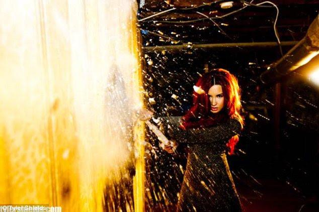 Coração de vidro: Demi Lovato mostrou as suas habilidades esmagando como ela quebrou o vidro de um Escudo Tyler sessão de fotos