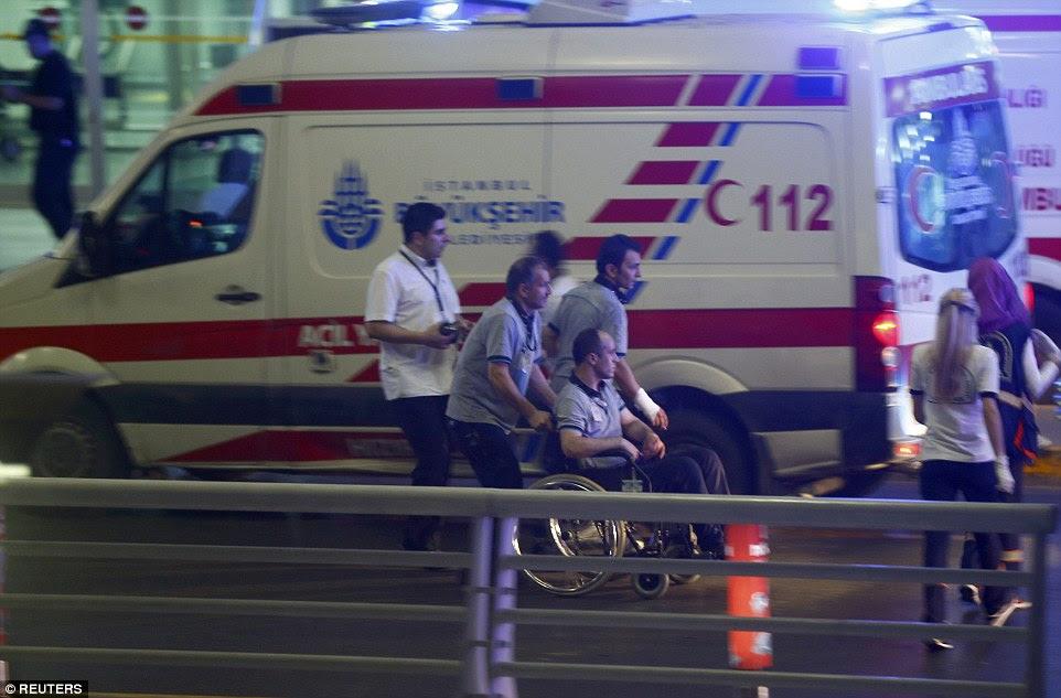 ambulâncias transportar os feridos para longe do terminal.  Os feridos são acreditados para incluir um número de policiais e agentes de segurança, bem como estrangeiros