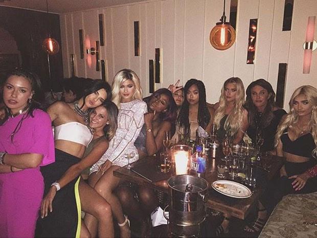 Kylie Jenner com a irmã Kendall Jenner, o pai, Caitlyn Jenner, e amigas em festa (Foto: Instagram/ Reprodução)