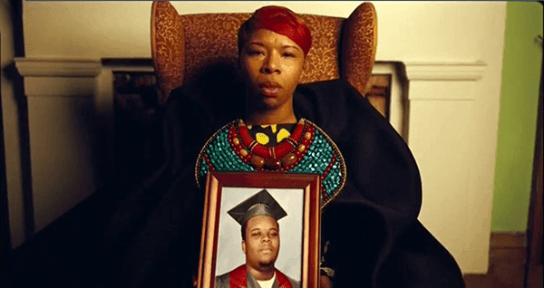 Durante os Forwards música, imagens de homens negros falecidos nas mãos de policiais são detidos por suas mães.