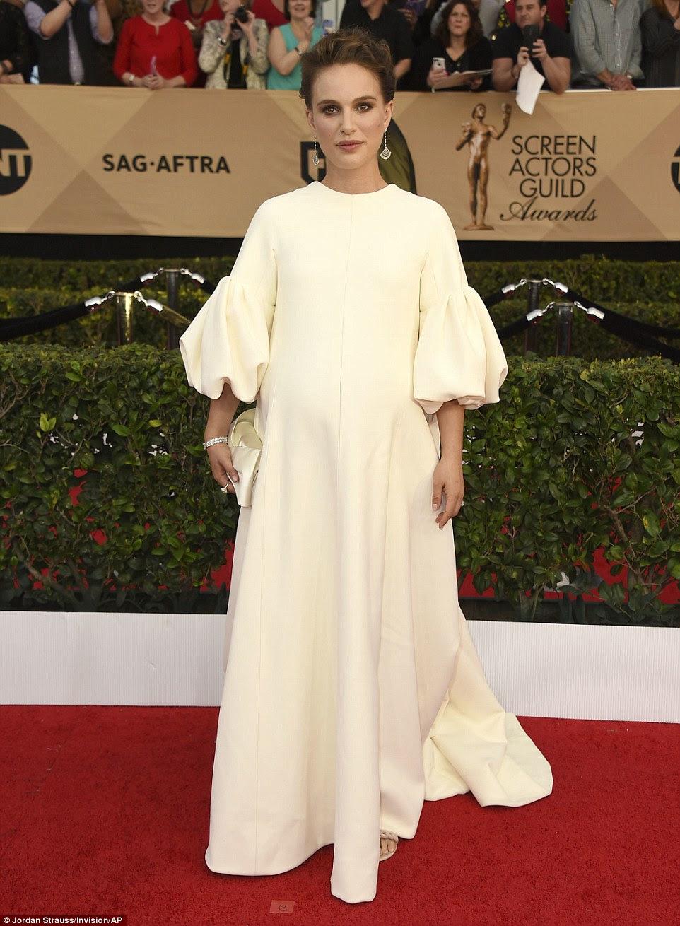 Mãe-a-ser: Natalie Portman grávida vestido com um vestido Dior de marfim para a grande noite