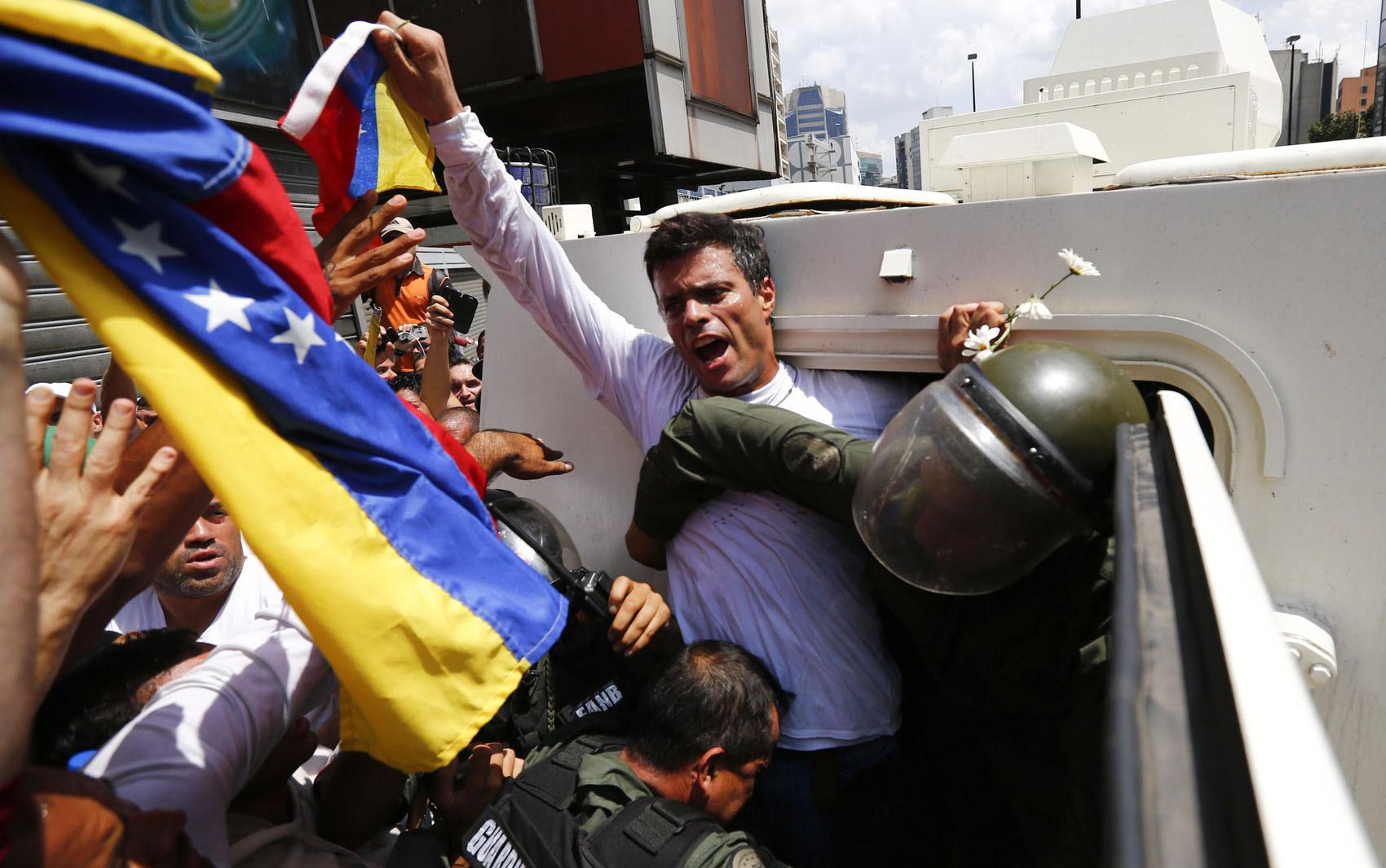 18/2 - López entrou em um veículo blindado da Guarda Nacional após discursar em um grande comício da oposição na capital do país dividido.