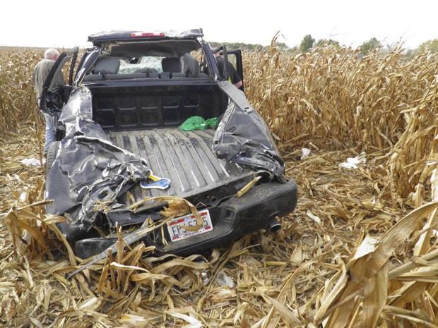 Um homem morreu horas depois de seu casamento após a caminhonete em que estava capotar nos EUA (Foto: Wyandot County Sheriff/AP)