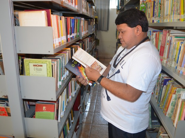 Gasodá Suruí é o primeiro de sua etnia a ser aprovado em um programa de mestrado (Foto: Rogério Aderbal/G1)