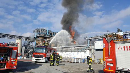 Redazione di Operai Contro, Sono almeno dieci gli operai feriti, tre operai sono in gravi condizioni. Per una 'esplosione avvenuta nel primo pomeriggio di oggi alla Ecosfera di Bulgarograsso, azienda […]