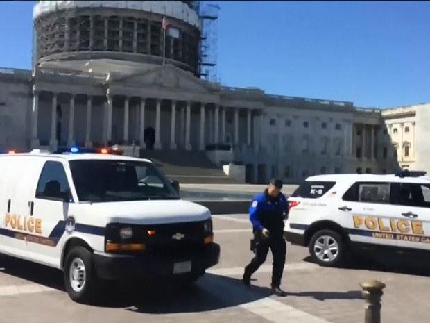 Polícia na frente do Capitólio, em Washington, após relatos de tiroteios no centro de visitantes do edifício (Foto: Reprodução/MSNBC)
